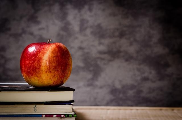 jablíčko na knihách