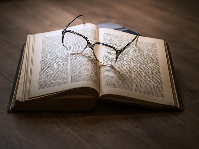 brýle na knize