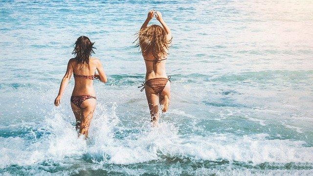 dívky v moři