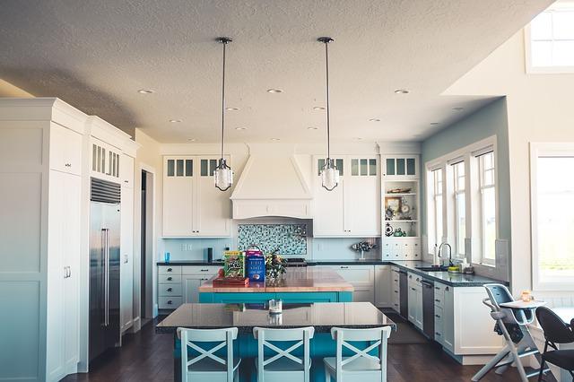 tři okna v kuchyni
